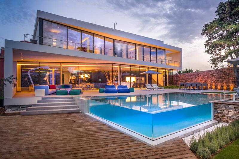 Como é feita a piscina de vidro?