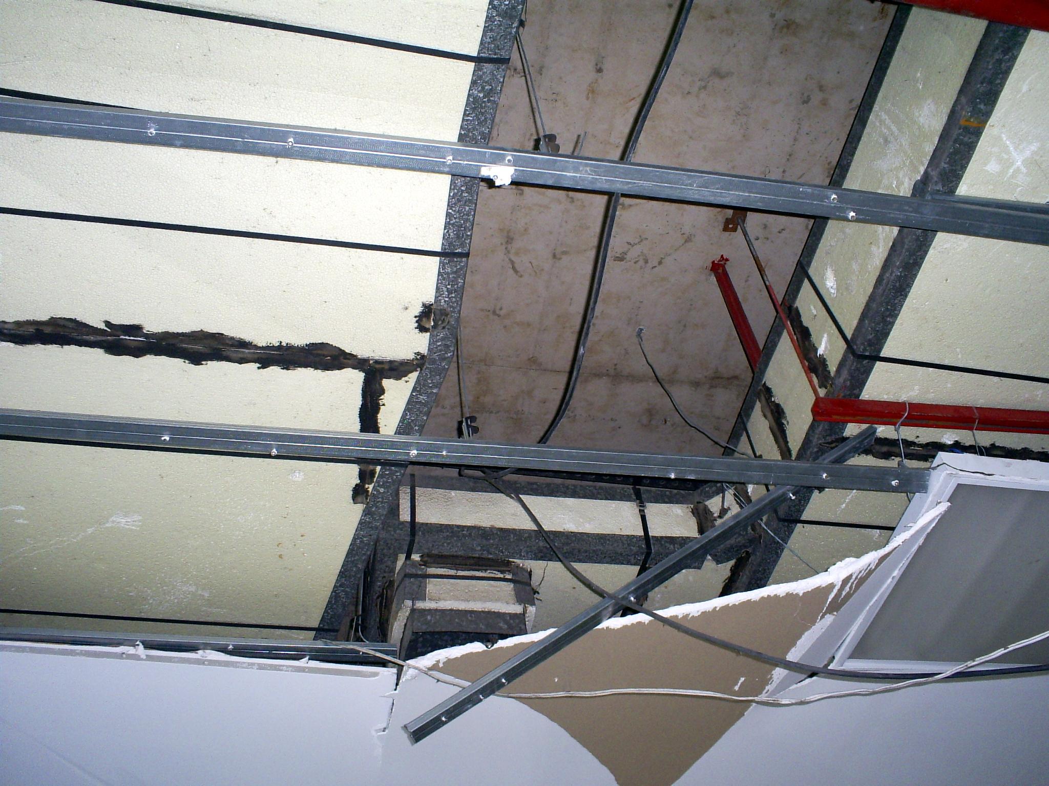 Mais um trecho do telhado completamente destruído.