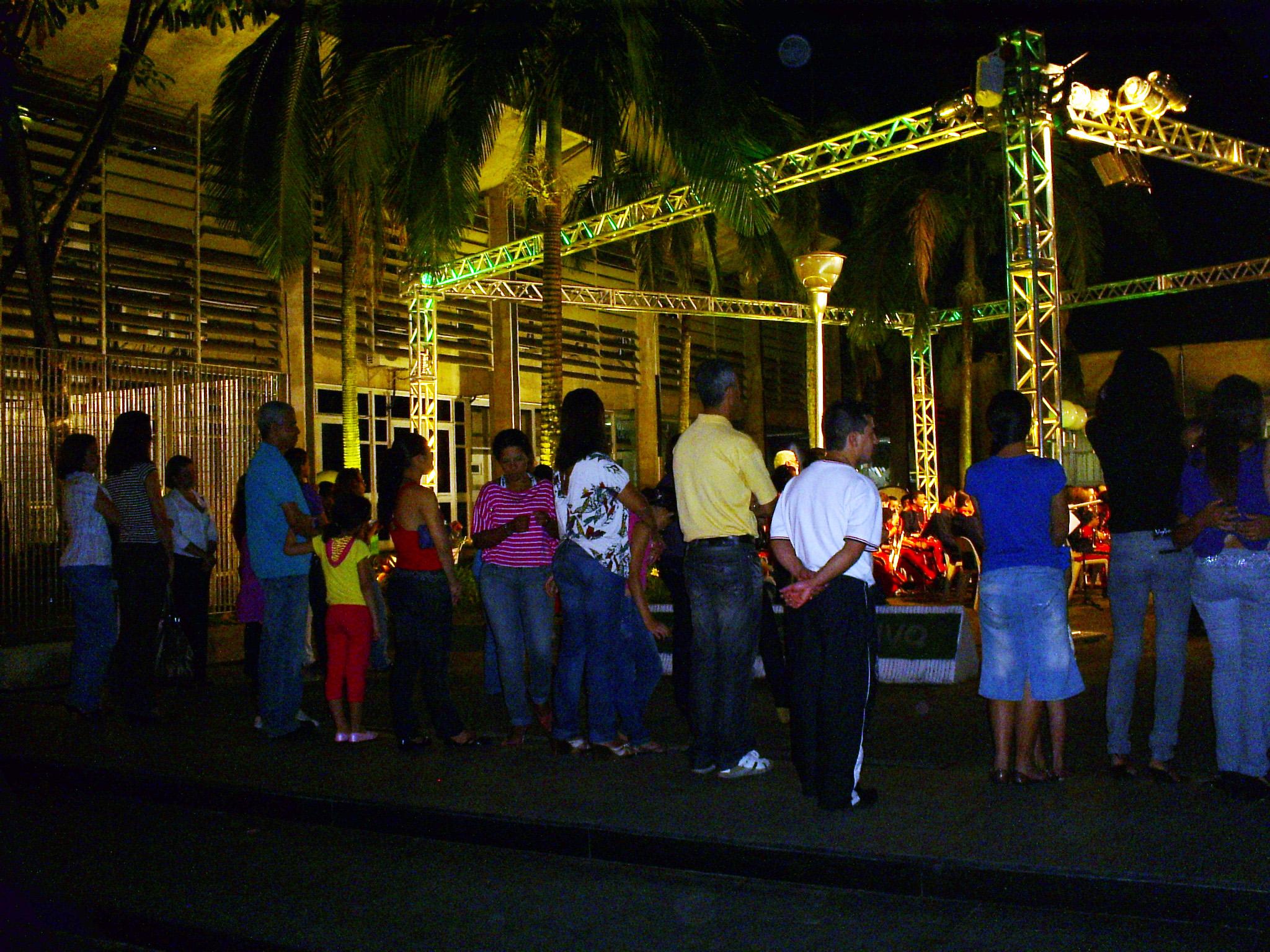 População acompanha o discurso da Prefeita. Foto: Allan Nóbrega