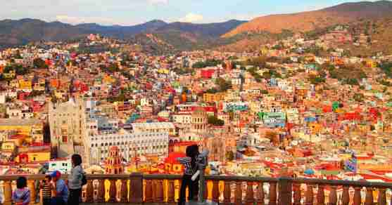 ピピラの丘の展望台と、グアナファトの街並み