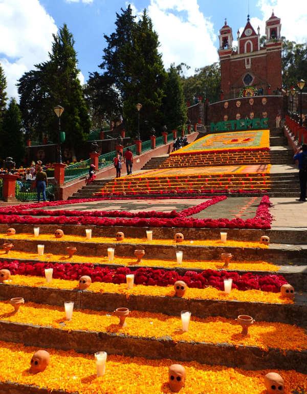 巨大なメキシコの死者の日の祭壇