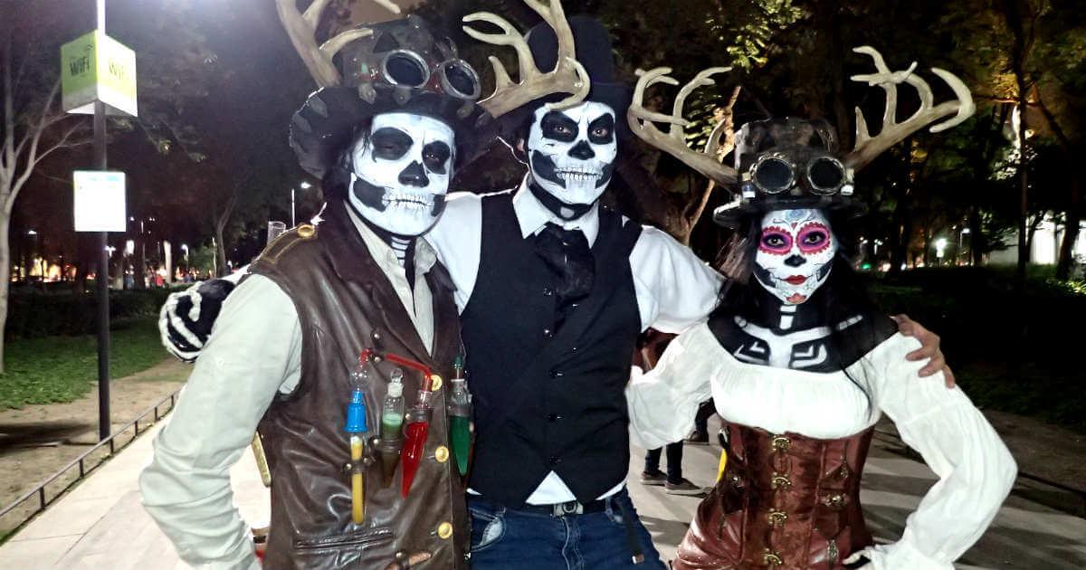 鹿の角を生やした死者の日メイクの3人組