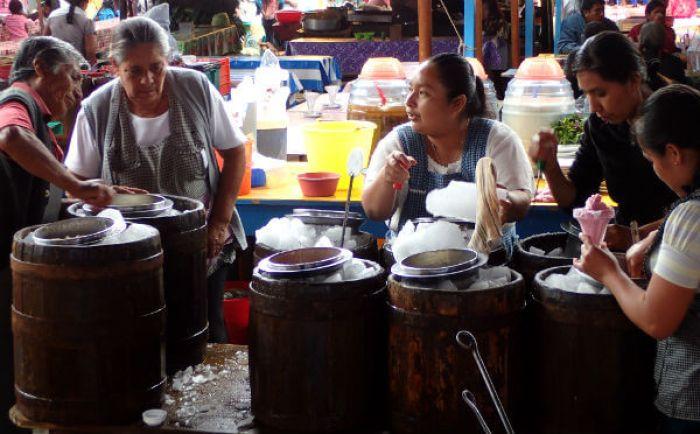 オアハカの市場で、アイスクリーム(ニエベ)を売る家族