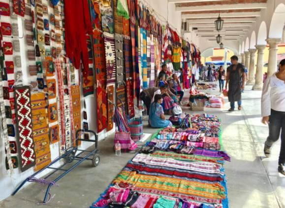 オアハカ郊外の青空市場で、手作りラグを売る人