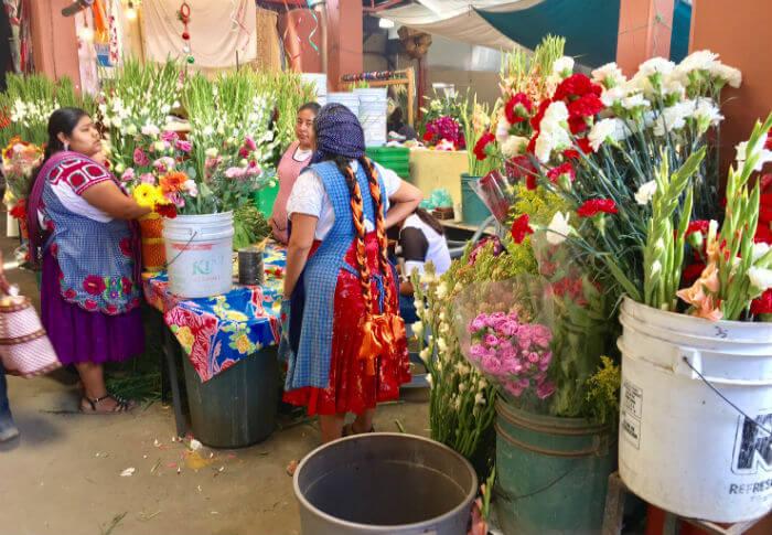 トラコルーラの先住民市場の花屋さん