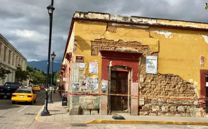 メキシコ・オアハア市地震で崩れるおそれのある建物