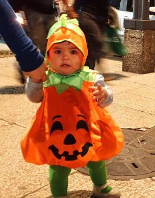 可愛すぎる子供の仮装(かぼちゃ)