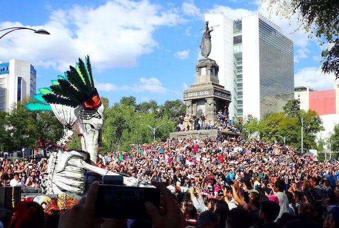 死者の日パレードを見る人たち