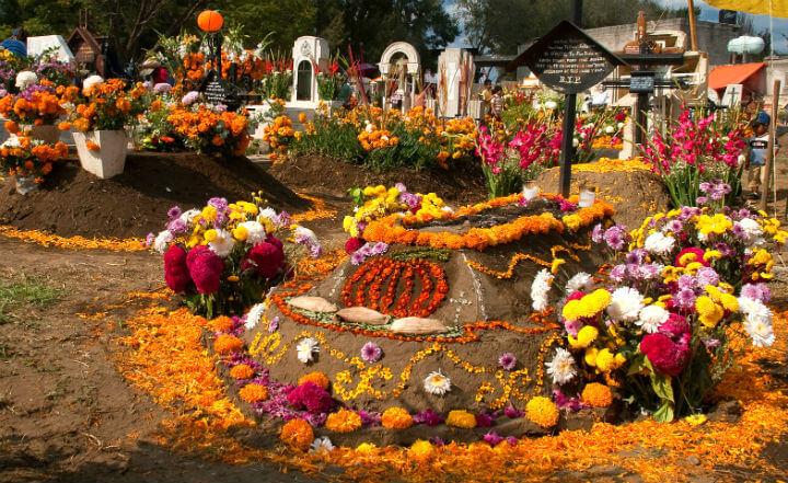 死者の日のお墓の飾り付けの様子