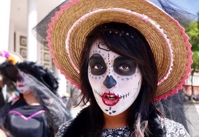 死者の日の骸骨メイクをした女の子