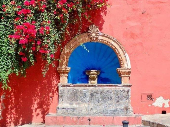 サンミゲルデアジェンデの街角(ピンクの壁と噴水)