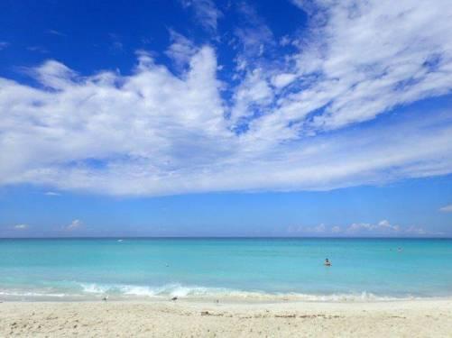カリブ海ビーチで遊んでいる人