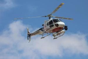 空を飛ぶヘリコプター