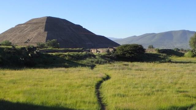テオティワカン遺跡へ続く一本道