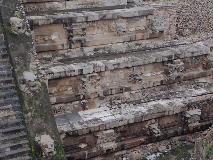 テオティワカン遺跡のケツァルコアトル神殿の彫刻