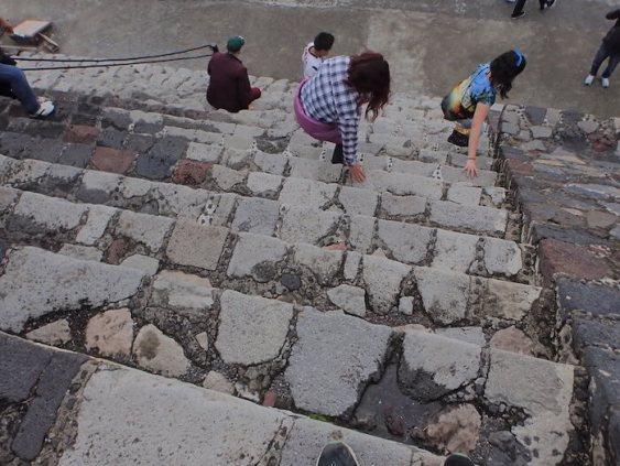 テオティワカン遺跡のピラミッドの急な階段