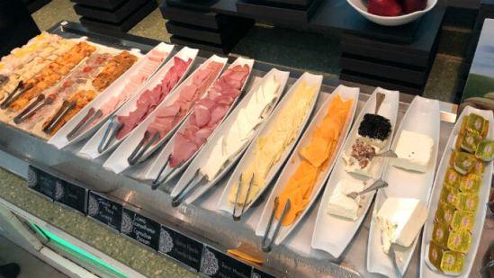 ライブアクアの朝食ビュッフェ ハムとチーズ