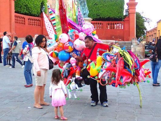 サンミゲルデアジェンデの広場 風船売り