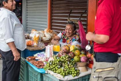 メキシコの市場:野菜売りのおばちゃん