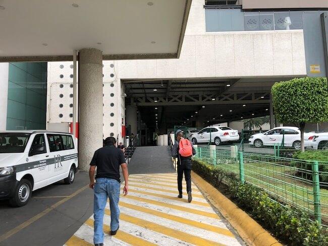 メキシコシティ空港ターミナル間移動のバス17