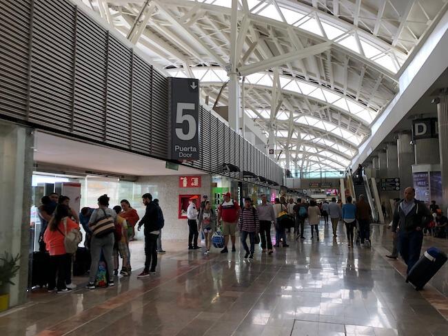 メキシコシティ空港ターミナル間移動のバス4