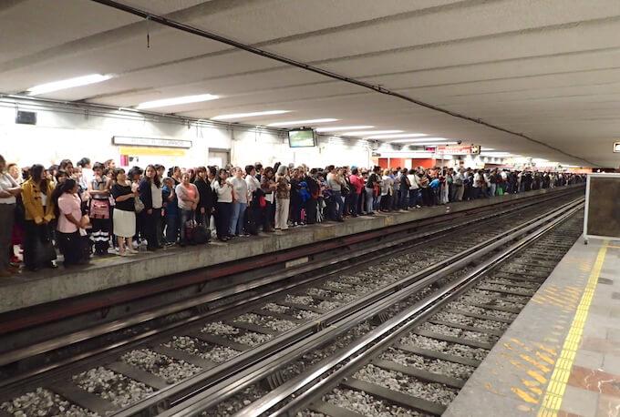 ラッシュの時間帯のメキシコシティの地下鉄(メトロ)