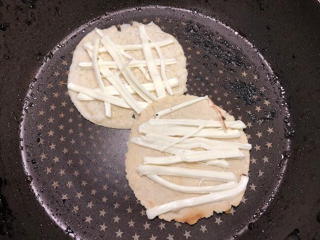 さけるチーズを使ったケッサディーヤの作り方1
