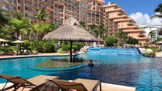 フィエスタ・アメリカーナのプールとホテルの建物