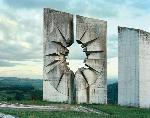 Монументы Югославии - заброшенные исполины. Фото Jan Kempenaers