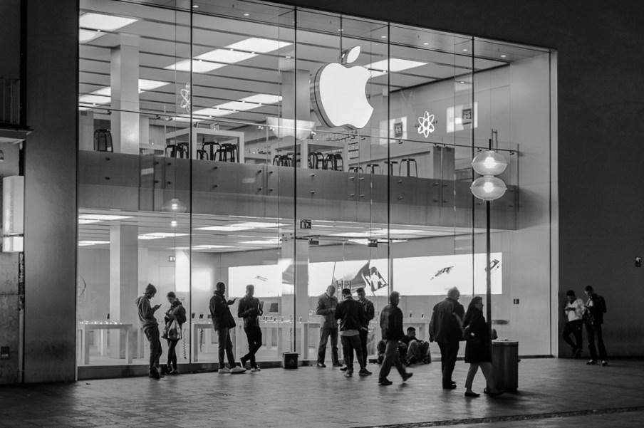 Smarte Menschen mit smarten phones vor smarten Store