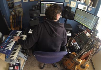 Der hamburger Produzent und Komponist David Alleckna in seinem Heaven's Club Studio.