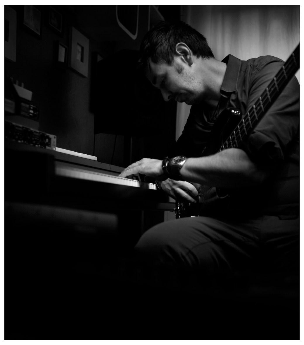Der Hamburger Musiker David Alleckna bei der Arbeit in seinem Heaven's Club Studio, am Keyboard mit seinem Bass auf den Knien.