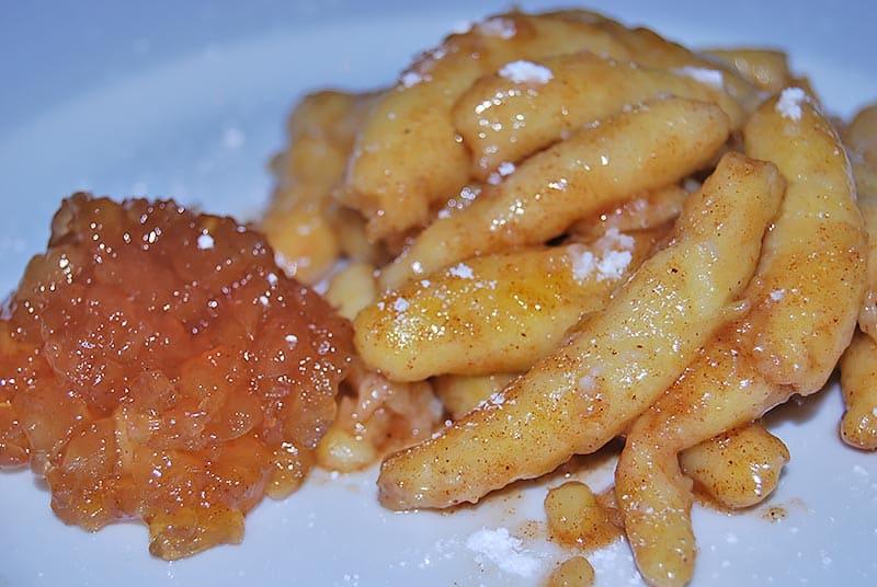 Erdäpfelnudeln in Vanille-Zimt-Zucker als Dessert