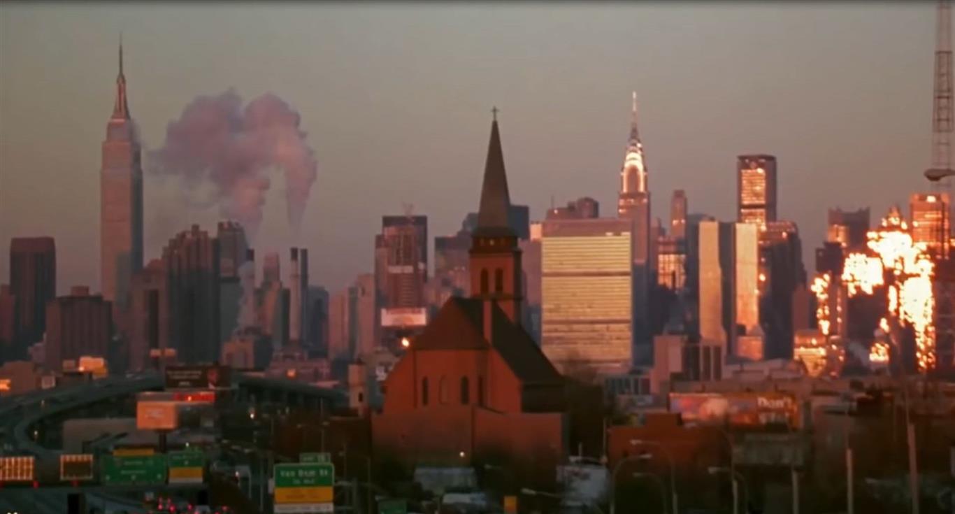 1997 - Men in Black. Nach einem Schnitt (schwarze Ab- und Aufblende) befinden sich plötzlich zwei rauchende Schlote an der gleichen Stelle.