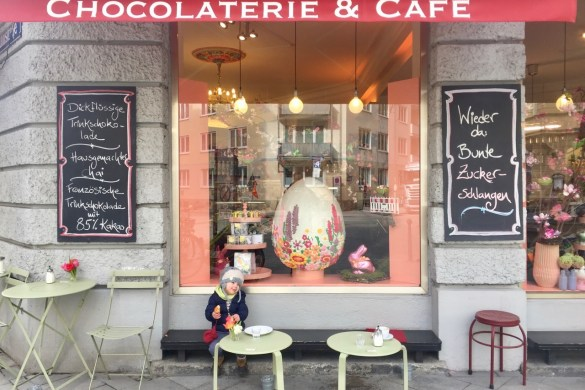 Kind vor dem Café im Glockenbachviertel