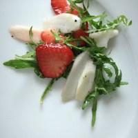 Juni-Salat mit Spargel, Erdbeeren und Rauke
