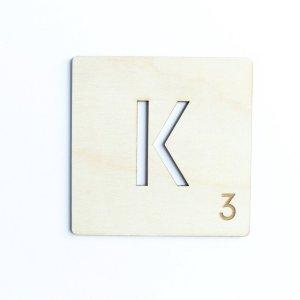 HOUTEN WANDDECORATIE / WOODEN WALL DECORATION - MUURDECORATIE / WALL ART - LETTER TEGEL K / TILE K - 11,5cm x 11,5cm - LICHT HOUT / NATURAL WOOD - WOORDFEUD / WORDFEUD - LETTERSPEL - SPELBORD - SCRABBLE - NAAMBLOKJES - FAMILY - VALENTIJN NAME