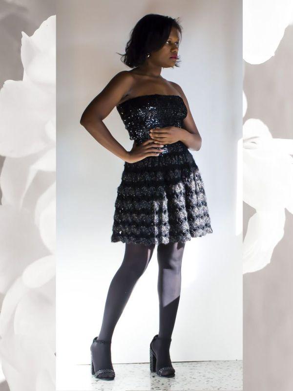 Vestido con cuerpo de pailletes y falda de punto concha tejido a mano a ganchillo con hilo cinta de lino y viscosa y lurex.