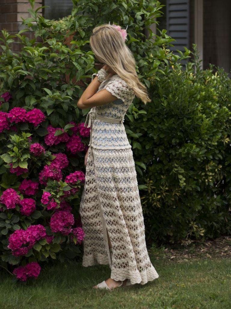 Vestido Ephigênia. Vestido de novia de crochet tejido a mano a ganchillo con un punto muy clásico. Este vestido tiene un precioso escote redondo con botones frontal rematado con botones de nácar. Sus mangas cortas y falda midi lo hace un clásico atemporal.