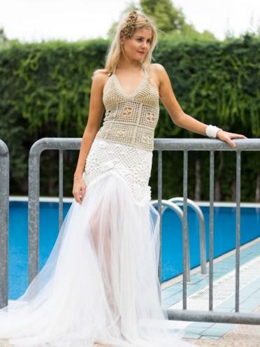 Este top es un classico elegante de las colecciones de verano, esta hecho con un precioso hilo de brillo dorado y arrematado con una cinta larga de raso.