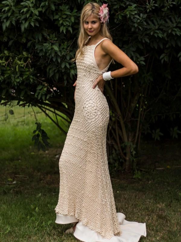 El vestido Hibisco es un verdadero sueño hecho en ganchillo de color vainilla. La preciosidad del hilo de viscosa y su brillo sedoso y la mezcla de puntos creando un delicado patrón entrecruzado donde aparece una linda flor de hibisco.