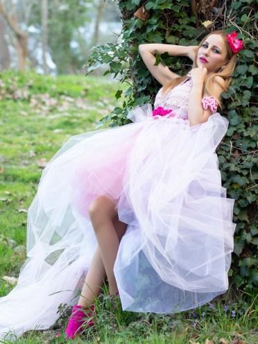 El vestido Libélula es un sueño de crochet y tul en tonos de blanco y rosa. Ligereza y textura en este vestido perfecto para una boda de cuento de hadas.