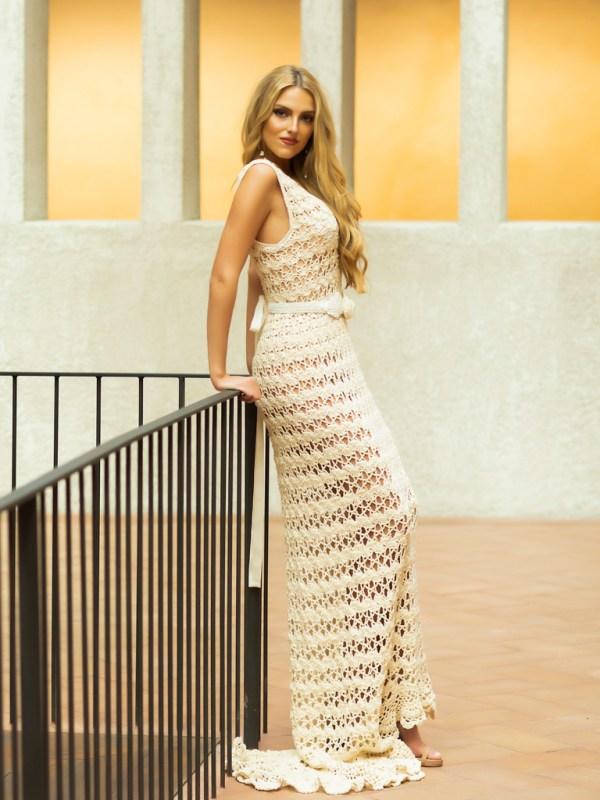 El vestido Elisa esta confeccionado a mano con un suave hilo 100% algodón aportando cuerpo, ligereza y textura.