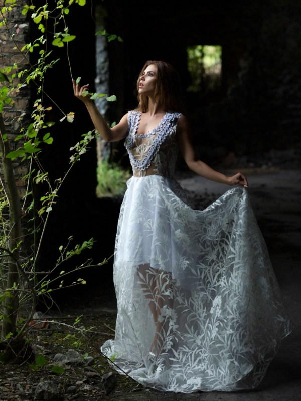 El vestido Isadora es la perfecta combinación de la costura y el crochet. Este vestido esta confeccionado de organza devore con dibujos de flores y encaje de ganchillo tejido a mano.