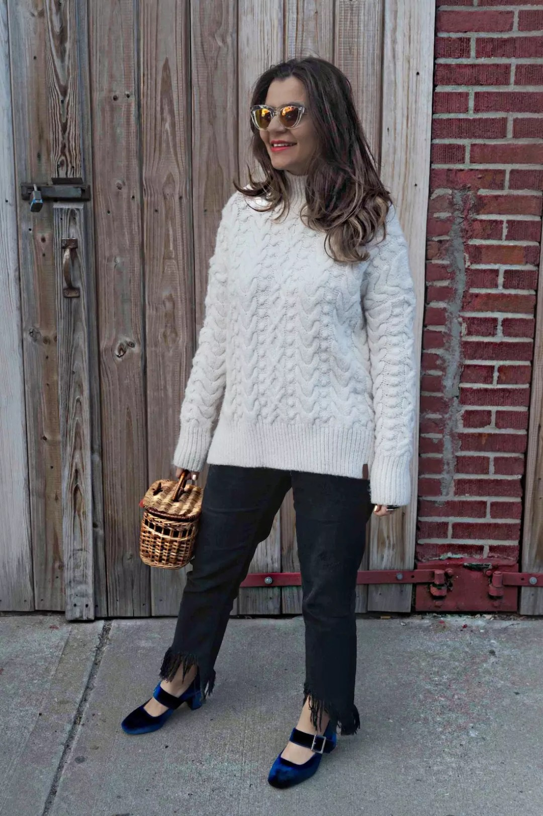 straw-bag-velvet-mary-jane-shoes-oversized-sweater-alley-girl-fashion-technology-blogger-betul-yildiz