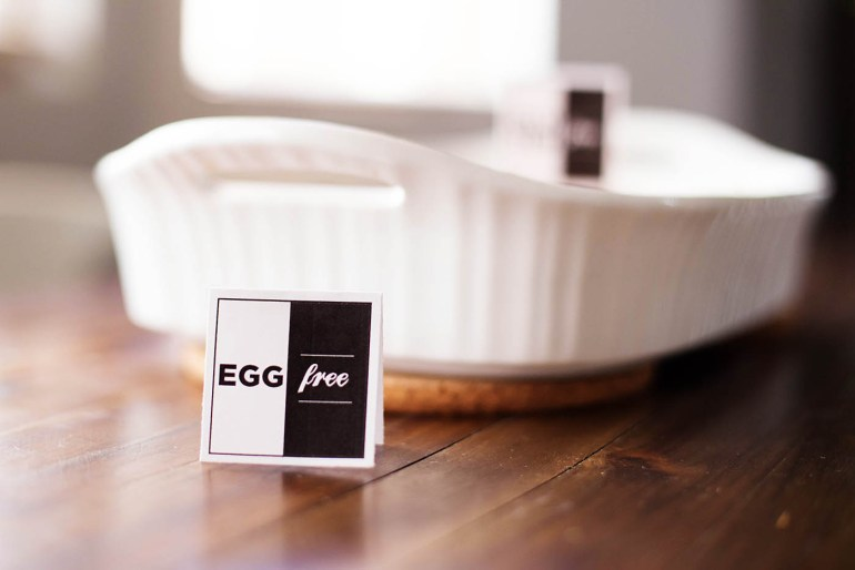 Free printable food allergy labels so your guests know what's safe for them to eat!