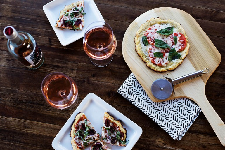 How to host a grilled pizza night. Such great tips for a fun and easy dinner party idea!