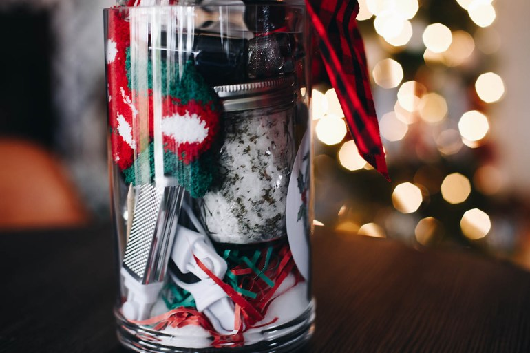 """DIY Pedicure Gift Basket with easy peppermint foot soak recipe and cute """"Mistle Toes"""" printable tag!"""