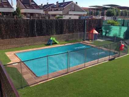 cesped piscinas