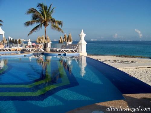 Riu Palace Las Americas activity pool infinity edge